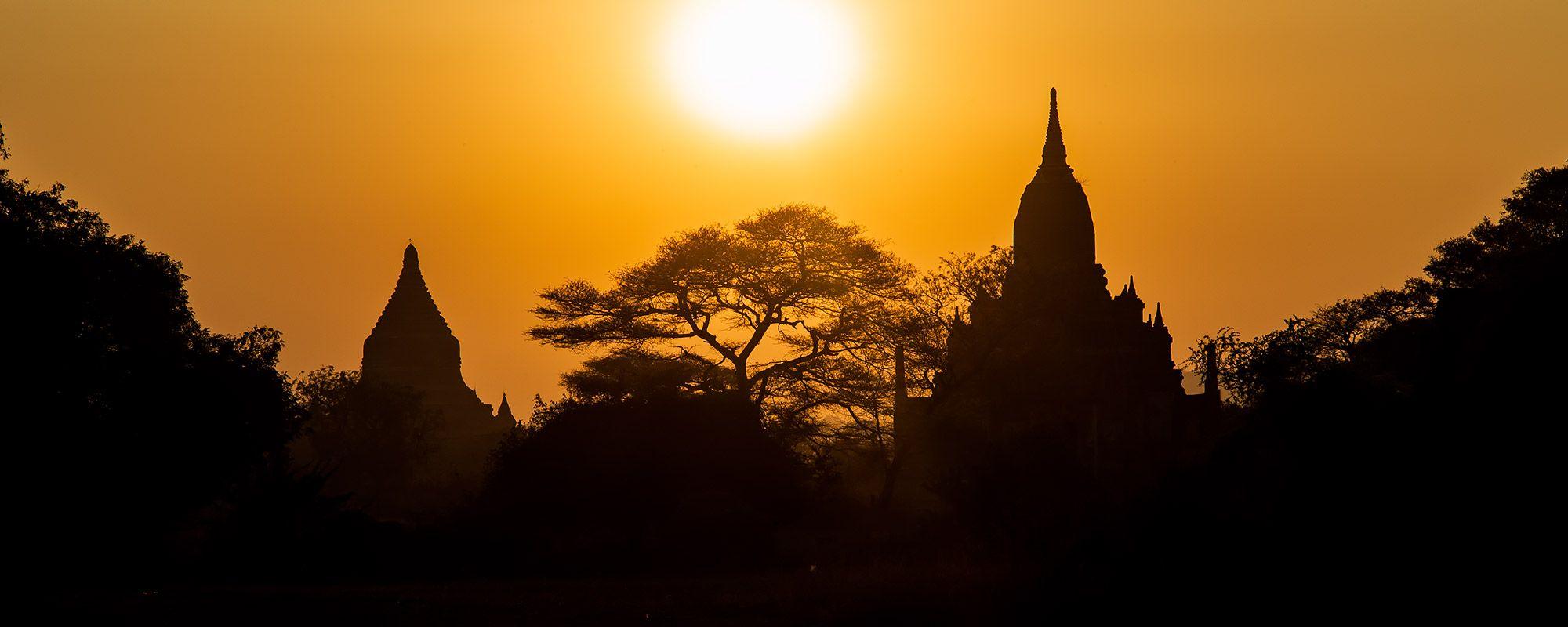 Sonnenuntergang mit Tempel in Bagan