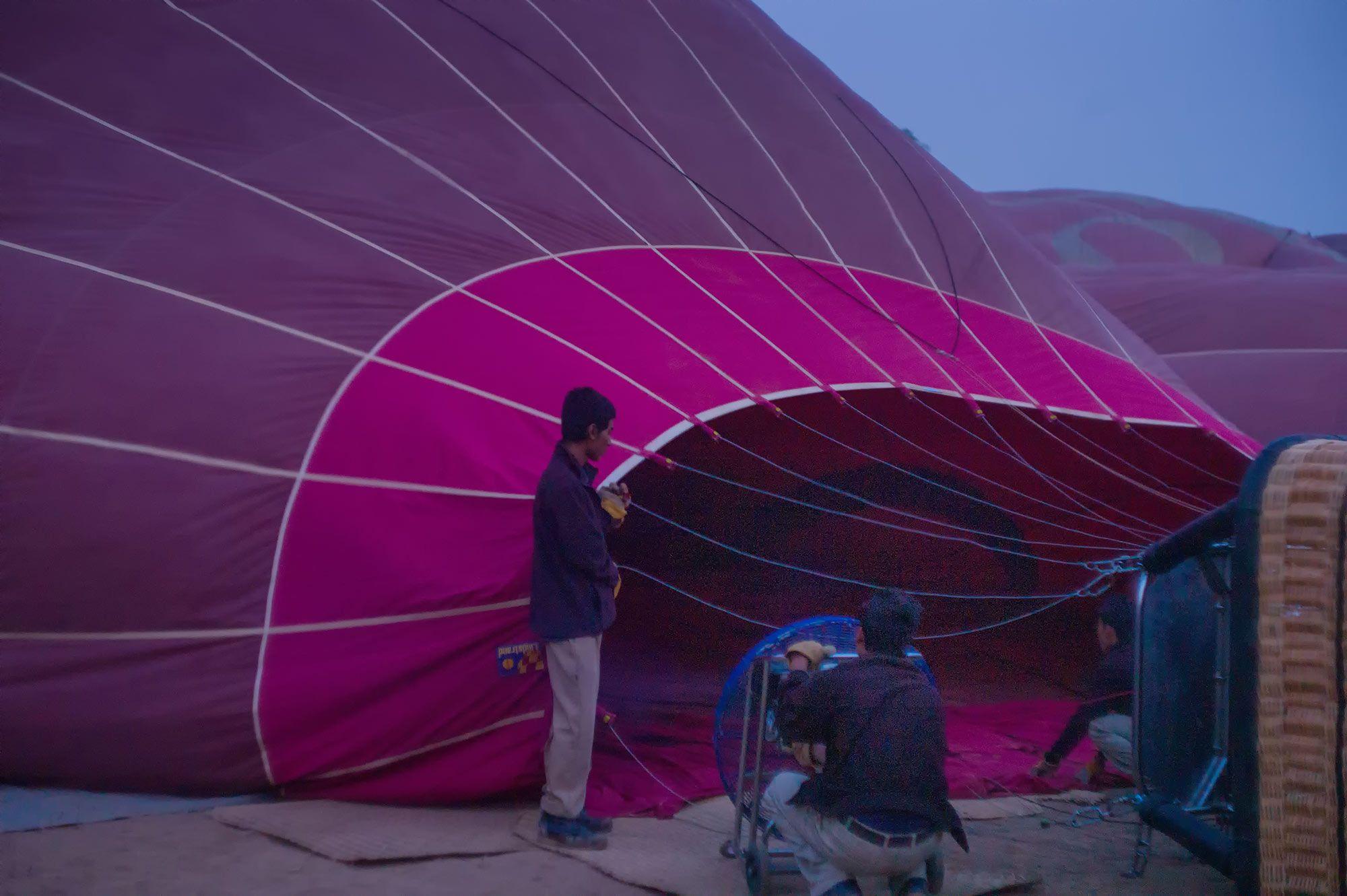 Heißluftballon wird aufgeblasen