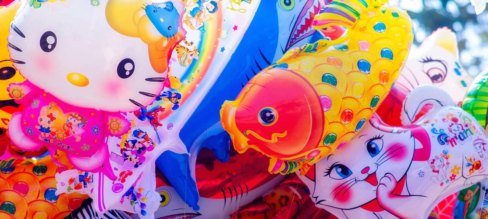 farbige Luftballons mit Tiermotiven
