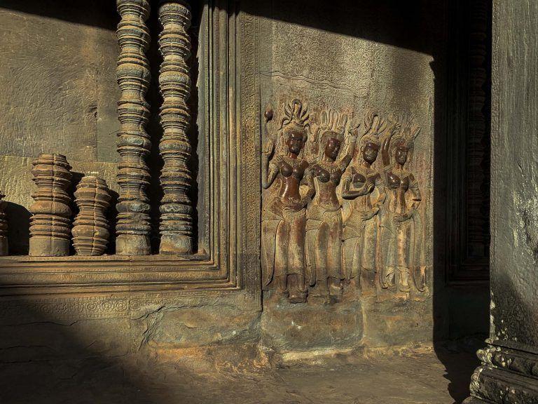 Weibliche Figuren in der Tempel Wand eingraviert