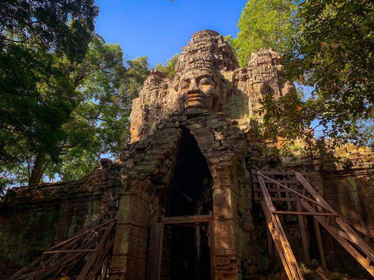 Ein Tempel mit Baugerüsten