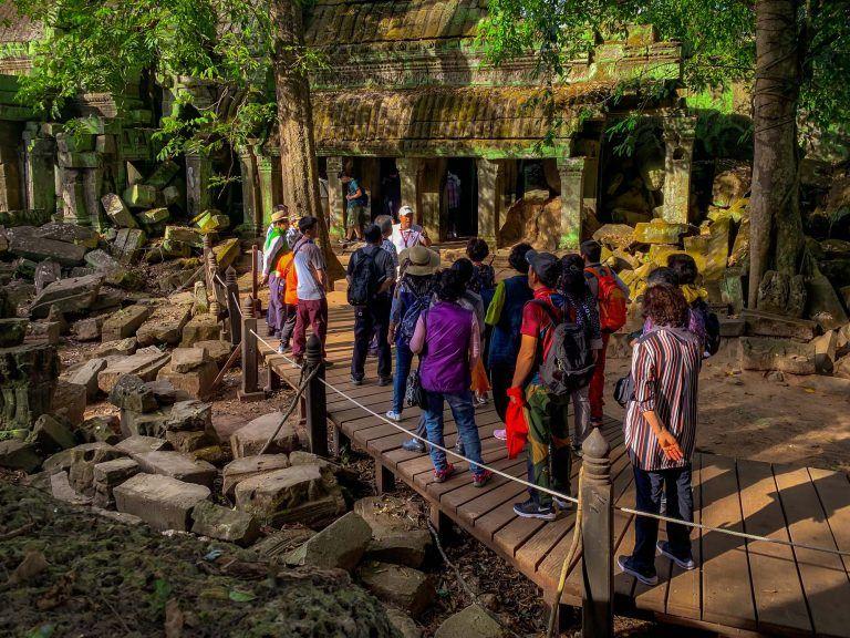 Touristengruppe stehend in Angkor Wat