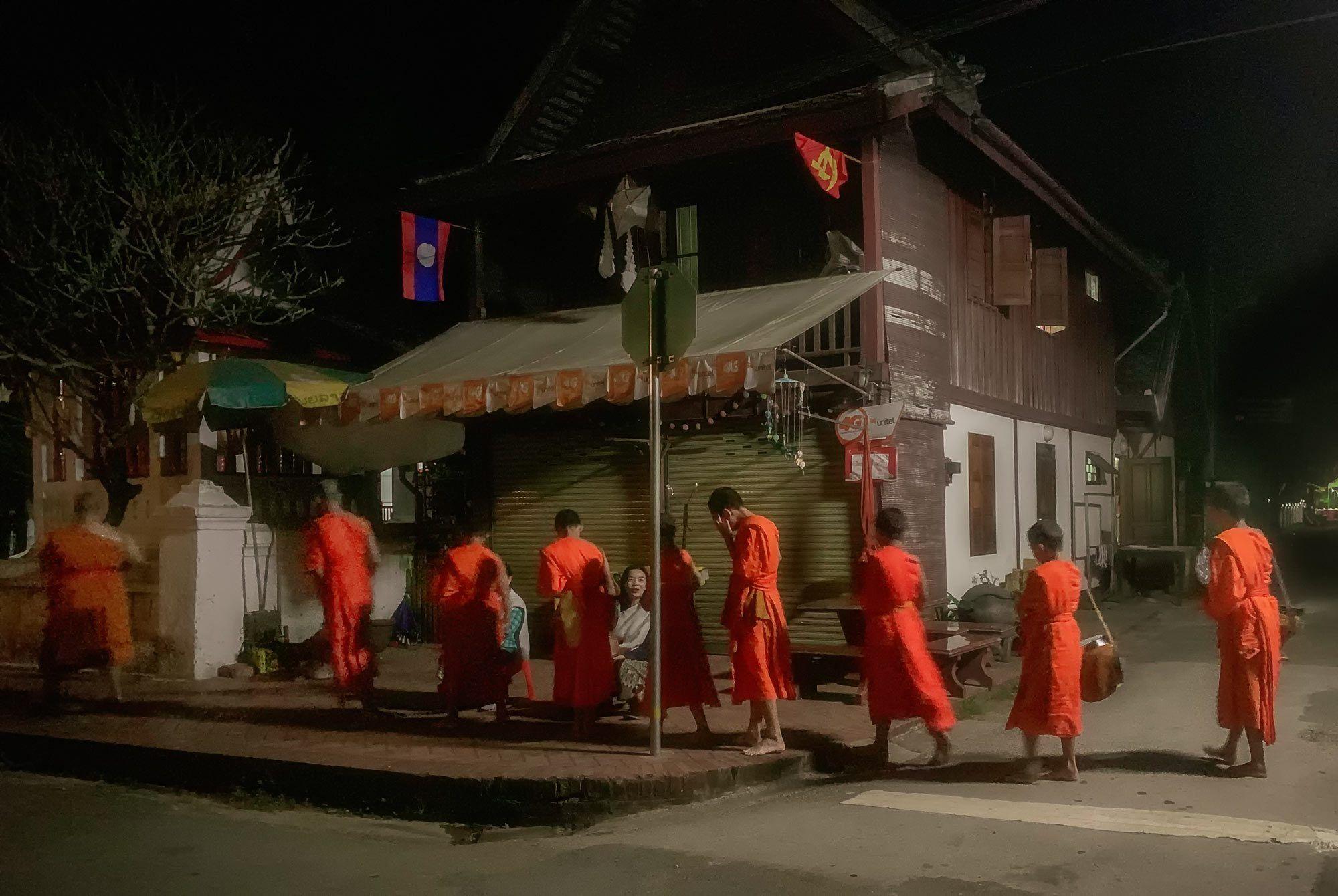 Mönche beim Almosengang in Luang Prabang