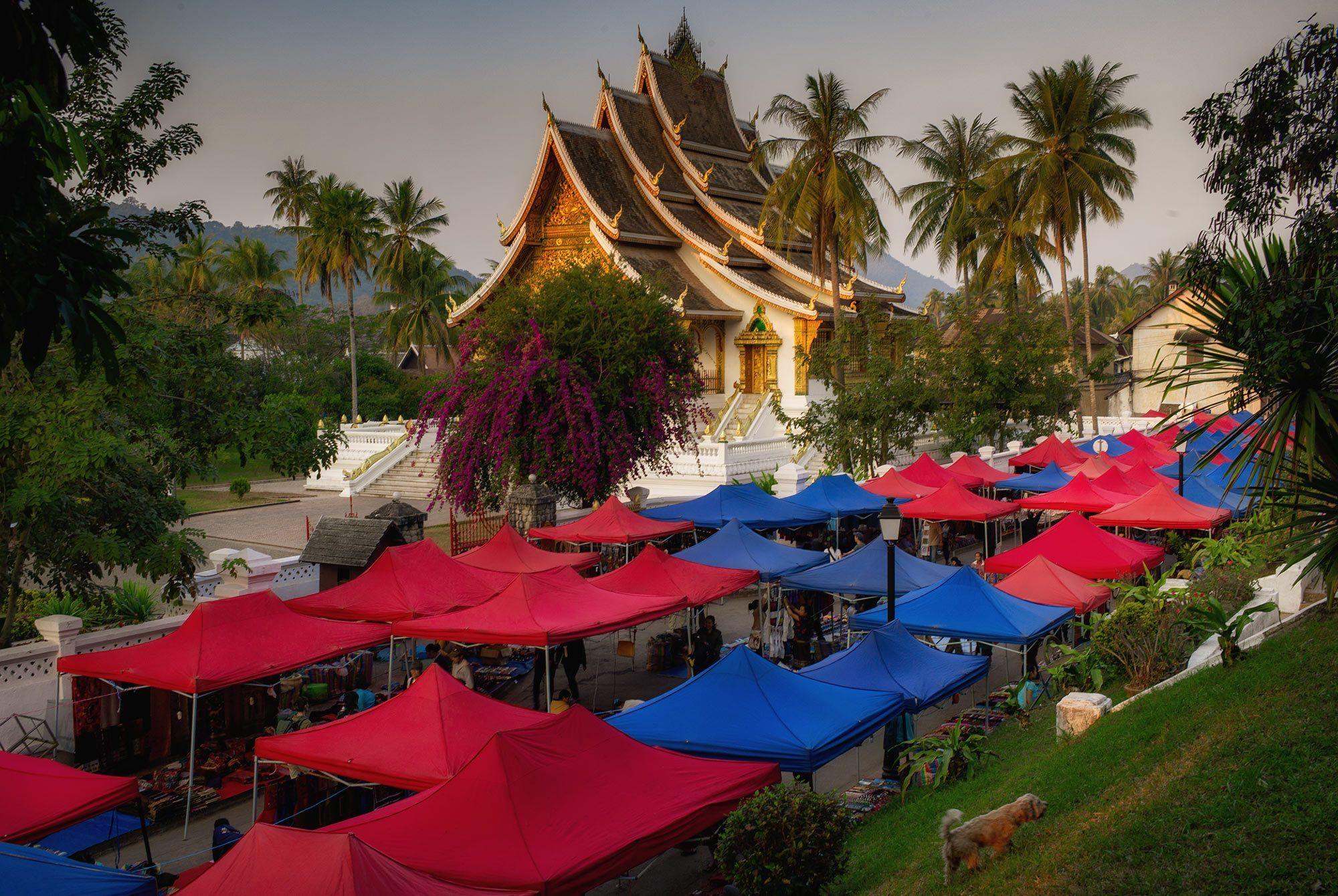Blick auf den Königspalast Tempel und Night Market