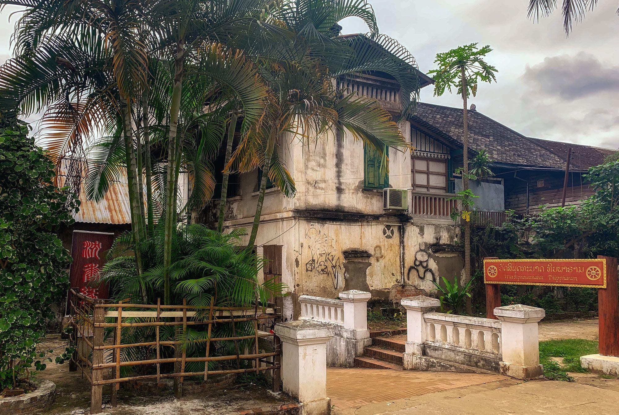Alte Häuser am Fuß des Mount Phou Si