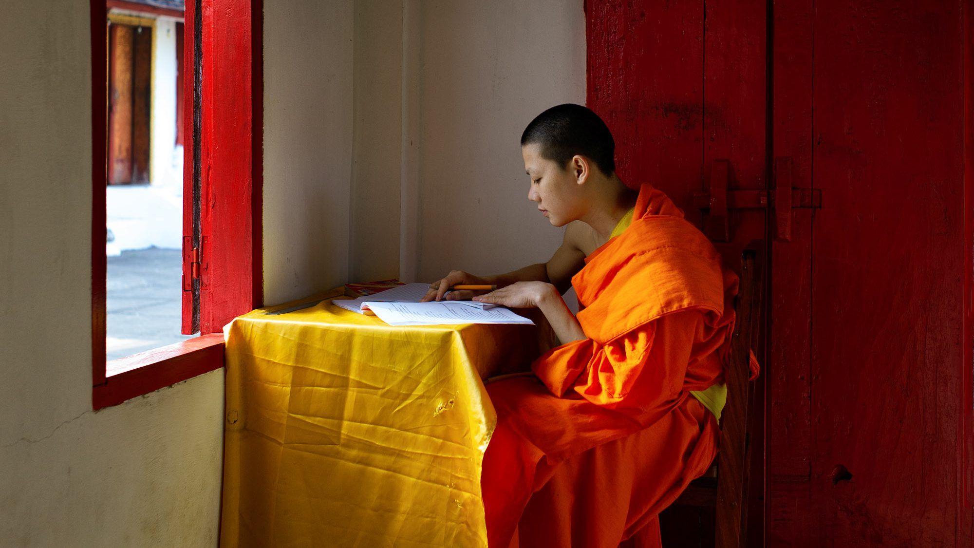 Mönch beim Studium