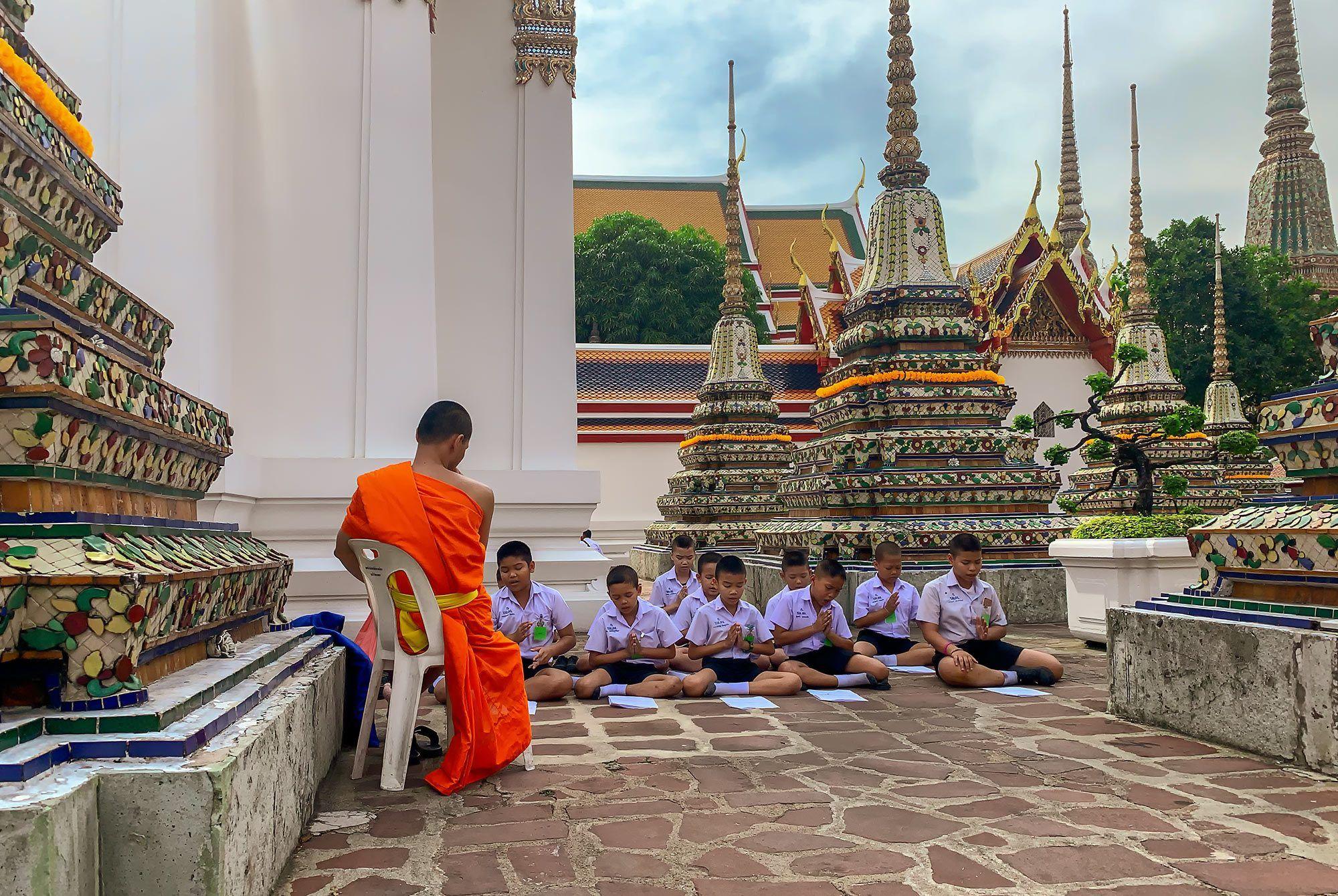 Unter Anleitung betende Kinder