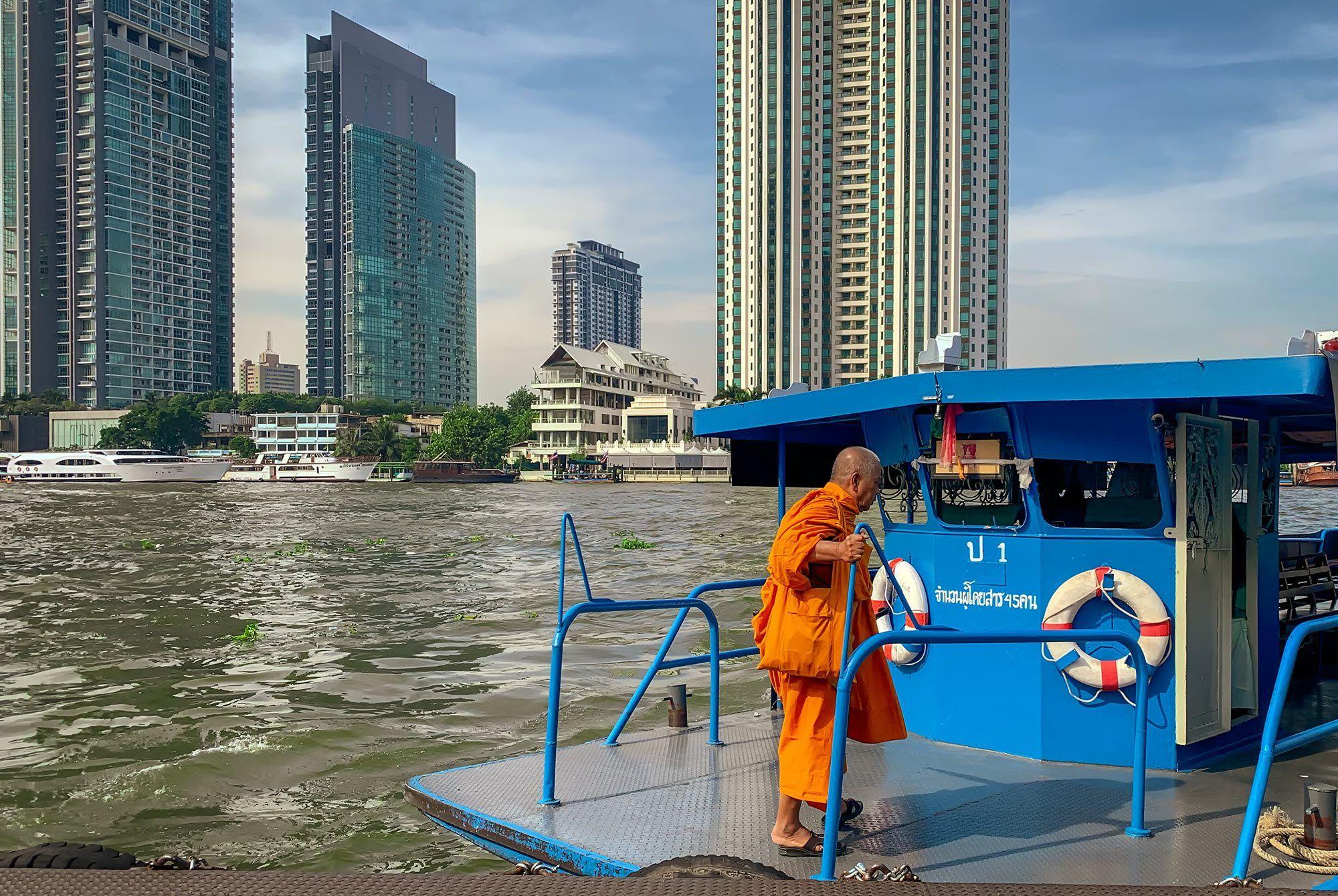 Mönch beim Übersetzen über den Chao Praya