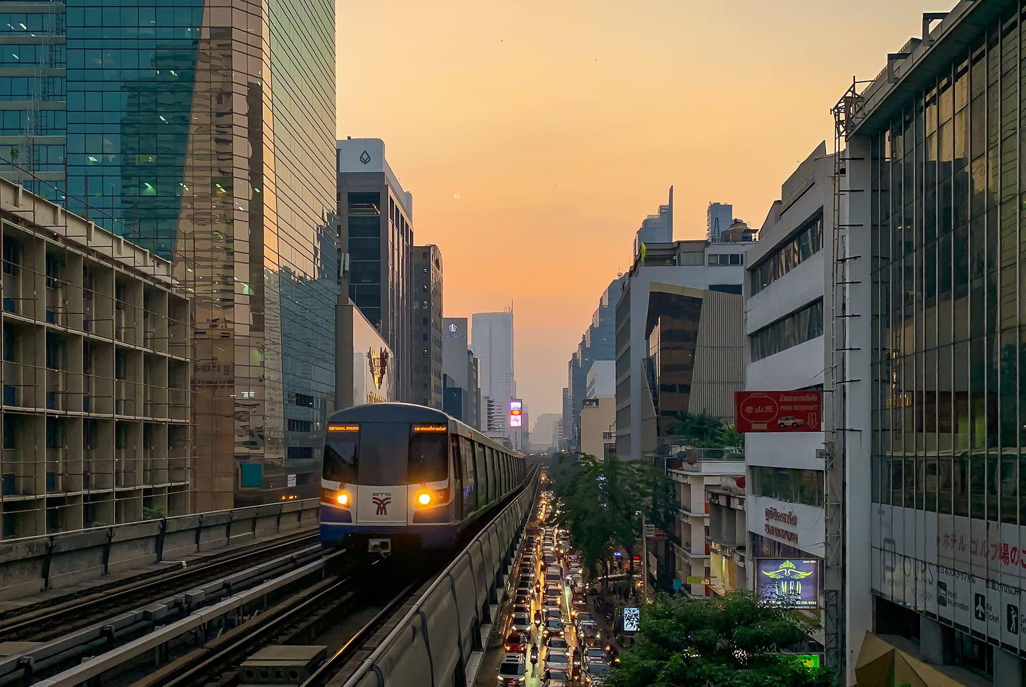 Bangkok Skytrain am Abend