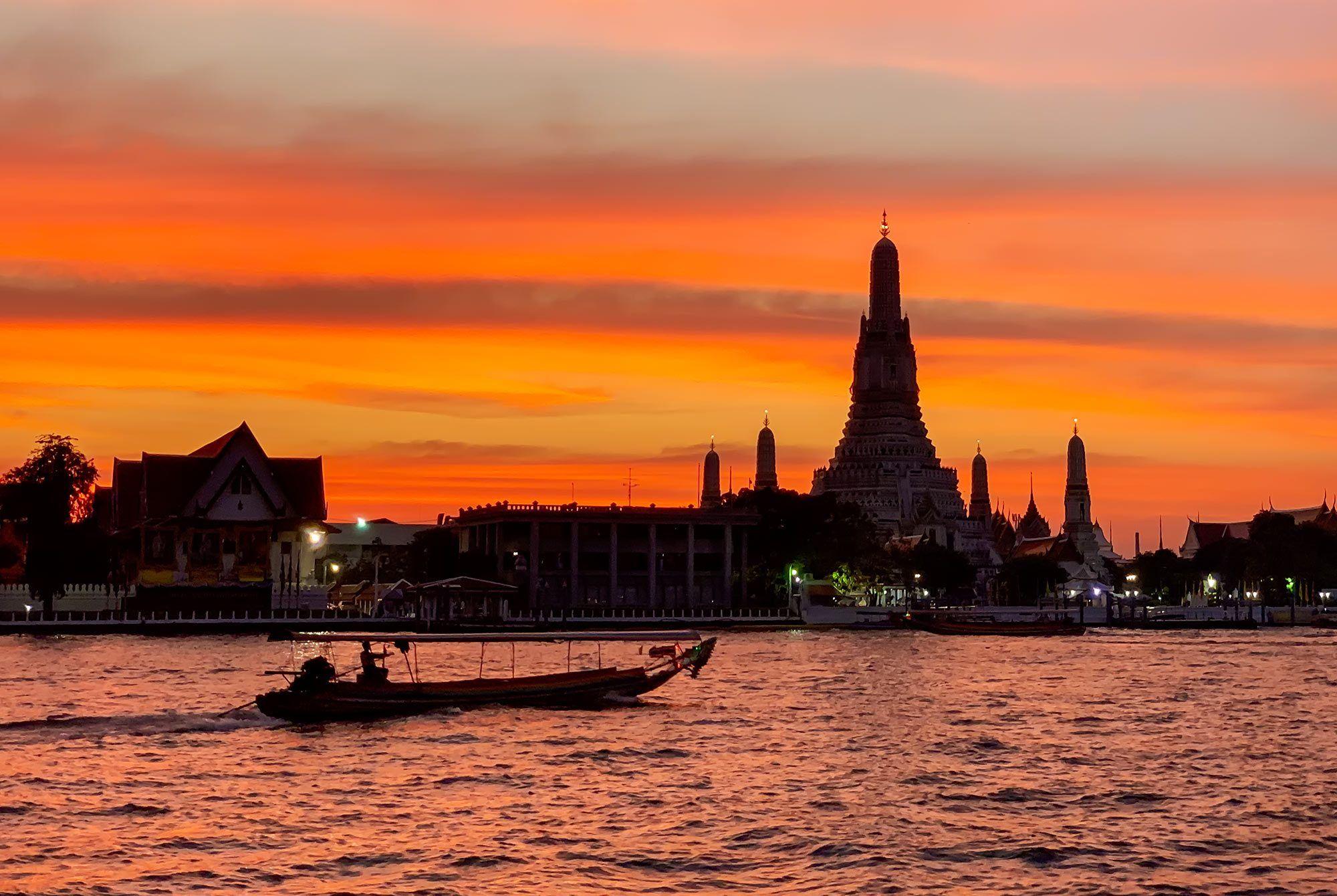 Sonnenuntergang hinter Wat Arun