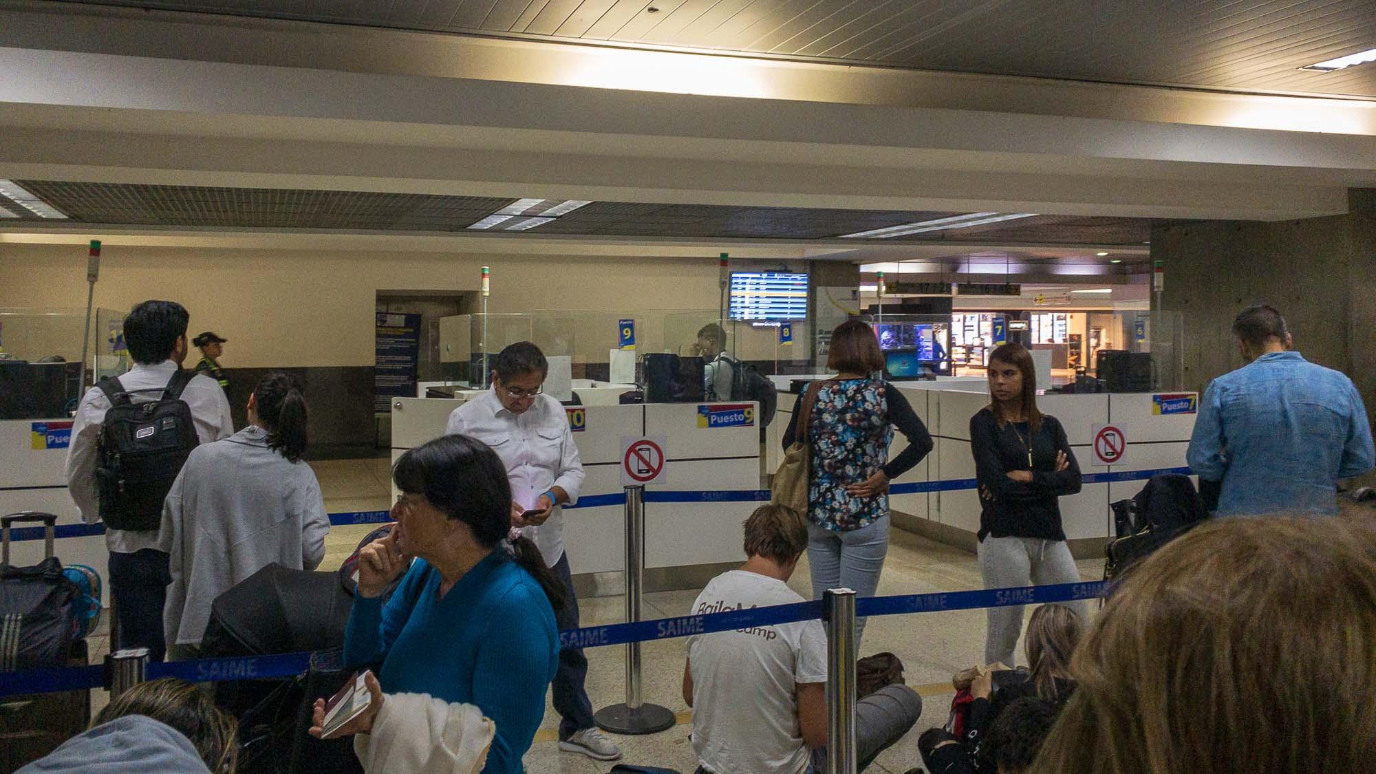 Schlange an der passkontrolle