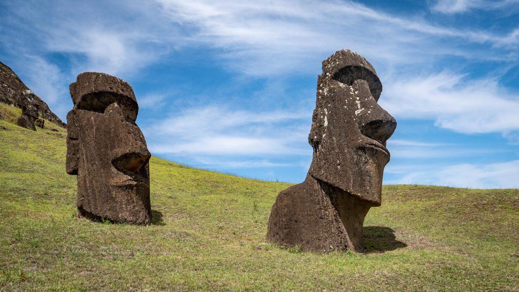 Moai am Rande des Rano Raraku