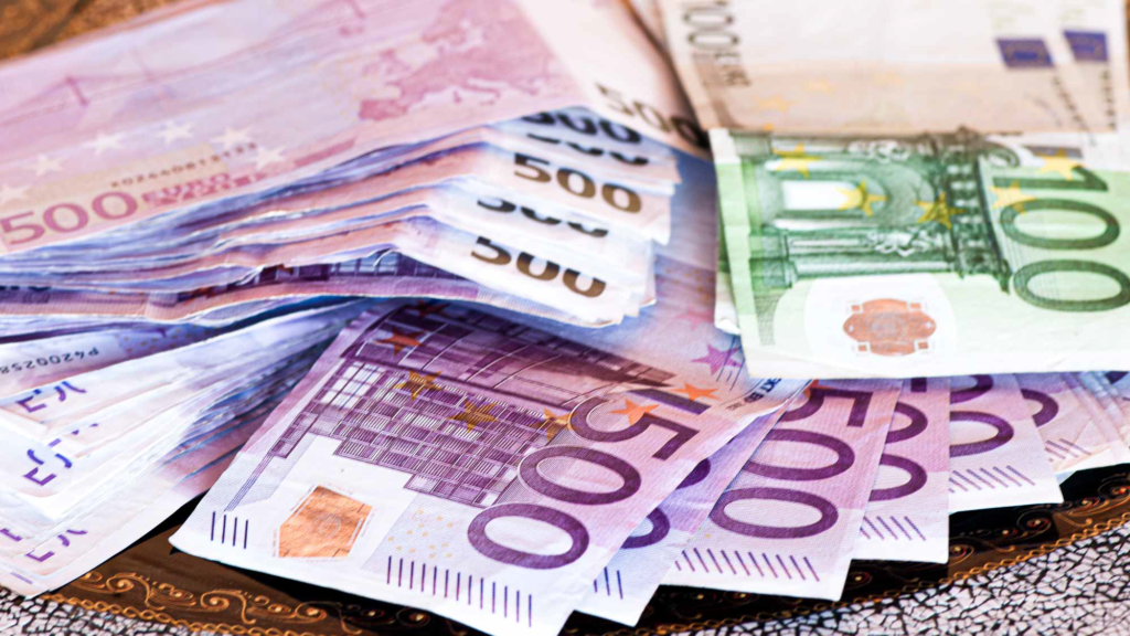 Geldhaufen von Euro Papiergeld
